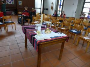 Tisch beim Gottesdienst (Foto: Miriam Bondy)
